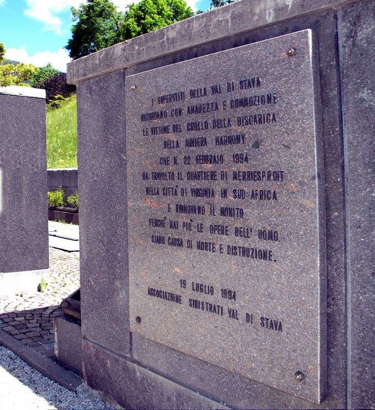La lapide, presso il cimitero di S.Leonardo a Tesero, che ricorda le Vittime del disastro di Merriespruit, in Sud Africa, avvenuto nel 1994