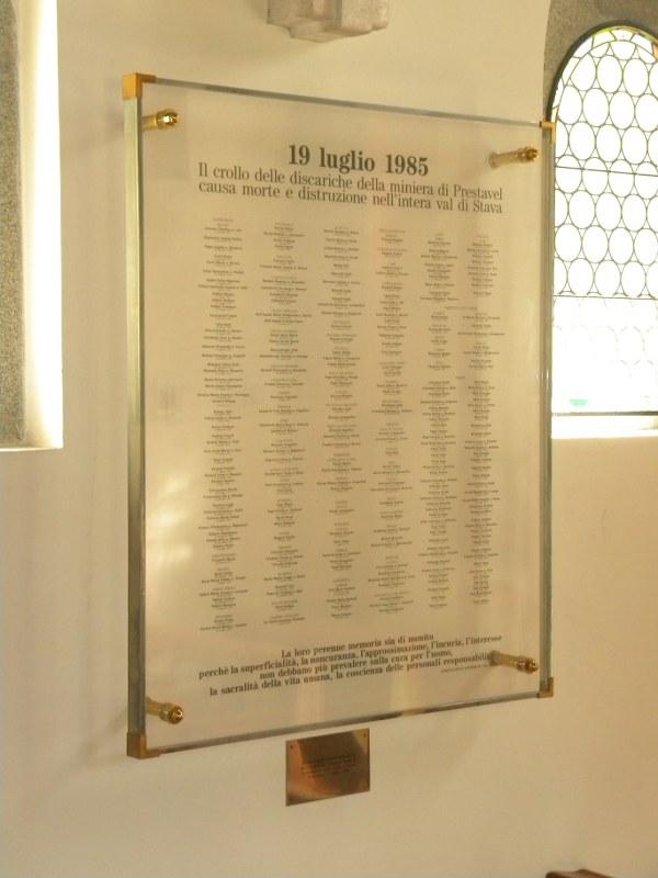 La lapide in cristallo nella chiesetta della Palanca a Stava con i nomi delle Vittime benedetta da Papa Giovanni Paolo II