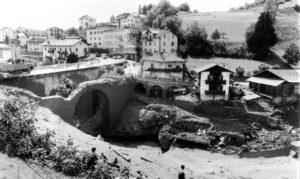 Parte della colata di fango traboccava sopra i ponti di Tesero, danneggiando quello più antico, mentre la maggior parte passava sotto gli archi.