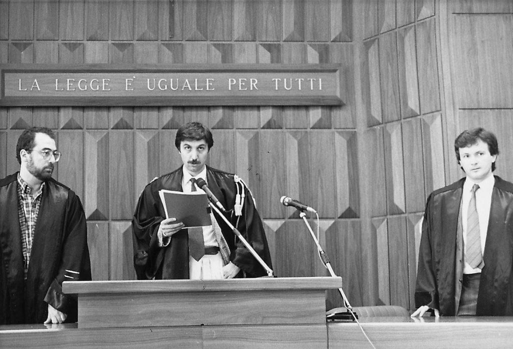 8 luglio 1988. Il presidente del Tribunale dà lettura del dispositivo della sentenza.