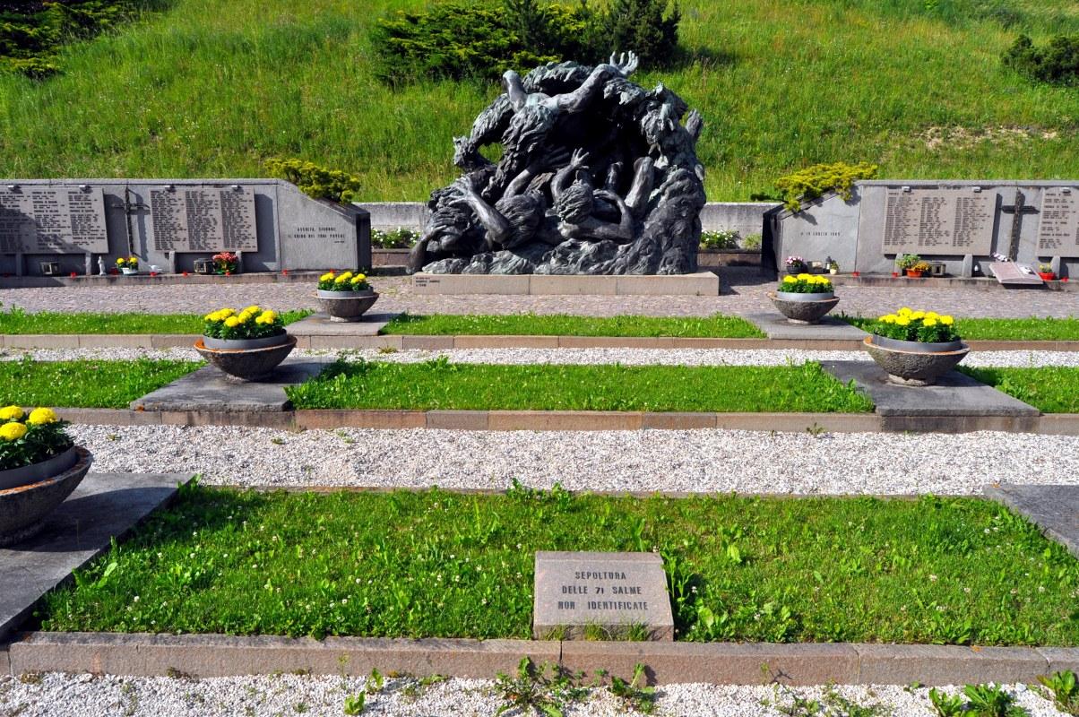 Il camposanto di Tesero dove sono sepolte le salme delle 71 Vittime non riconosciute