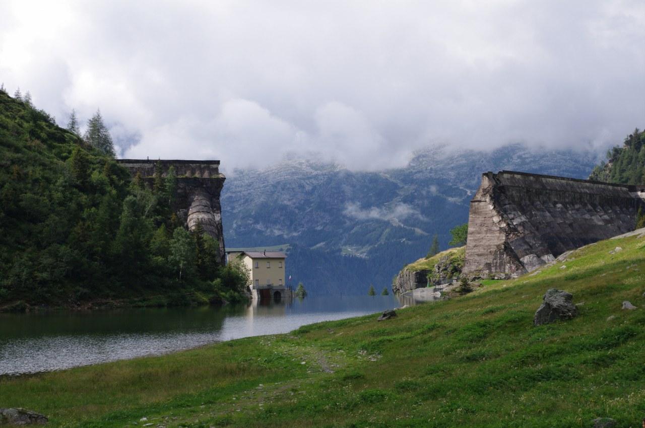 I tronconi ancora in piedi della diga del Gleno.
