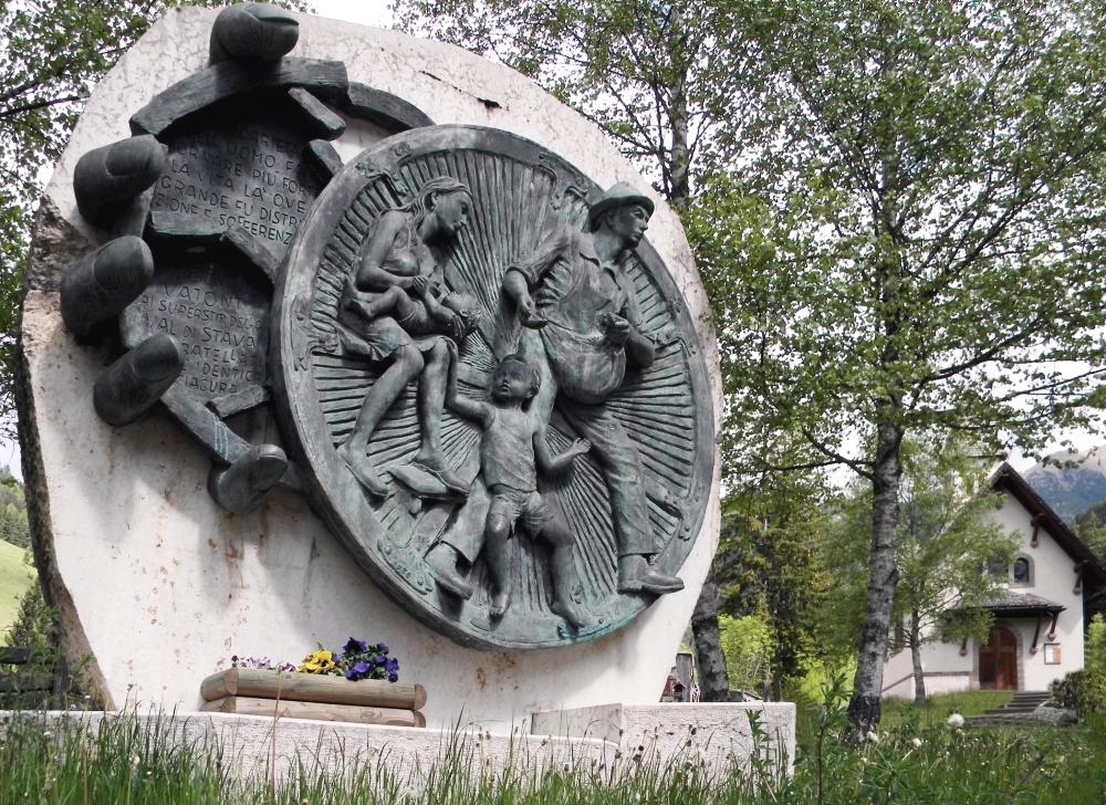 Il monumento donato dalle popolazioni del Vajont presso la chiesetta della Palanca a Stava