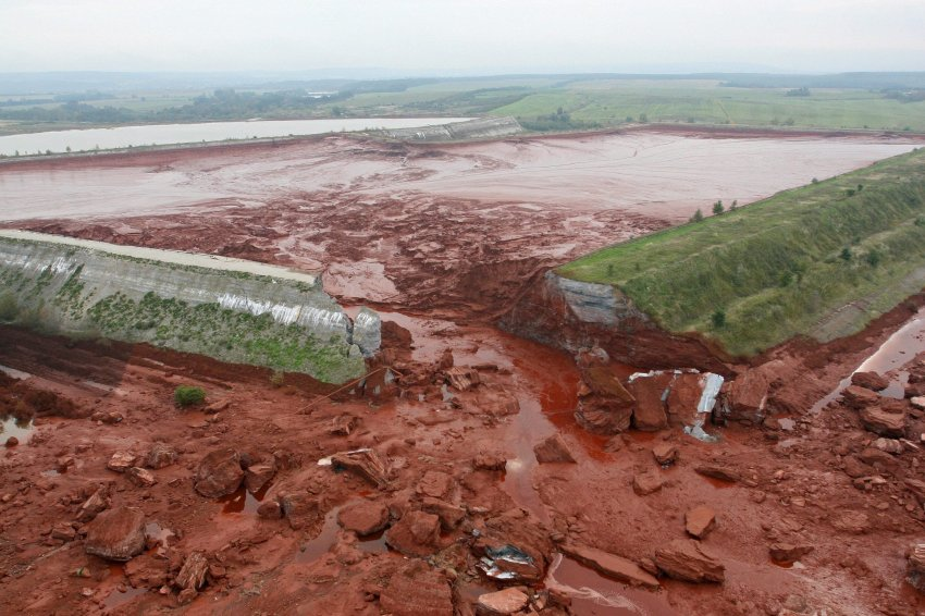 The collapse of the Ajka reservoir on 4th October 2010