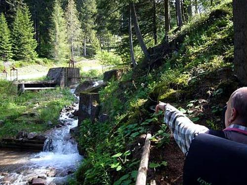 Il punto informativo nei pressi della presa d'acqua sul rio Stava.