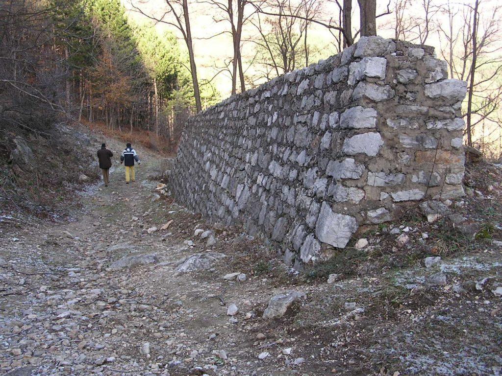 Un tratto del muraglione costruito per deviare il corso del torrente, facendolo defluire a monte della discarica. Oggi il torrente è tornato a scorrere sul fondo della valle.