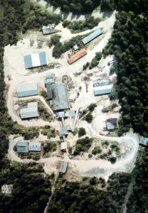 Gli impianti della miniera di Prestavel, con al centro il capannone che ospitava l'impianto di flottazione.