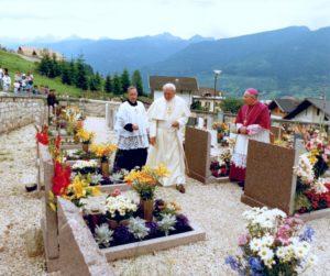Il Papa con l'Arcivescovo di Trento Giovanni Maria Sartori e il Parroco di Tesero Giovanni Conci.