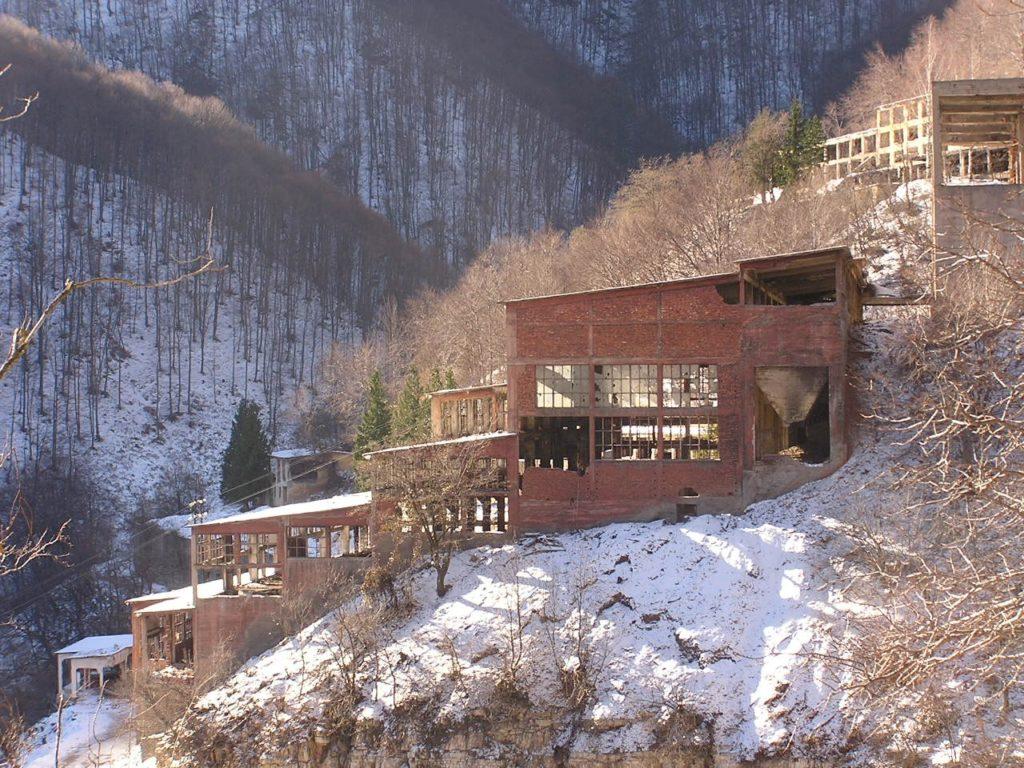 Le gallerie sono scavate a varie quote nel fianco della montagna che sovrasta Sgorigrad.