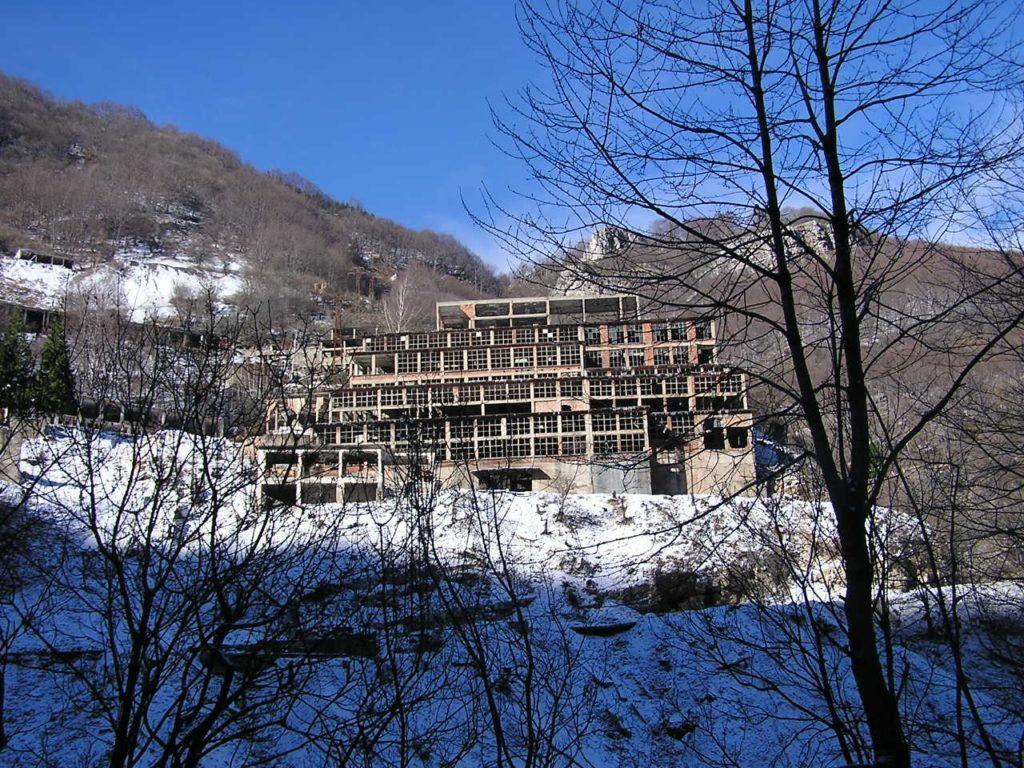 Gli edifici che ospitavano gli impianti di lavorazione del minerale, gli uffici, gli spogliatoi e la mensa minatori erano aggrappati al fianco della montagna in corrispondenza dell'accesso alla galleria principale della miniera.