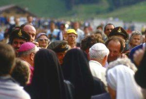 Migliaia di fedeli salirono a Stava per l'incontro con il Santo Padre.