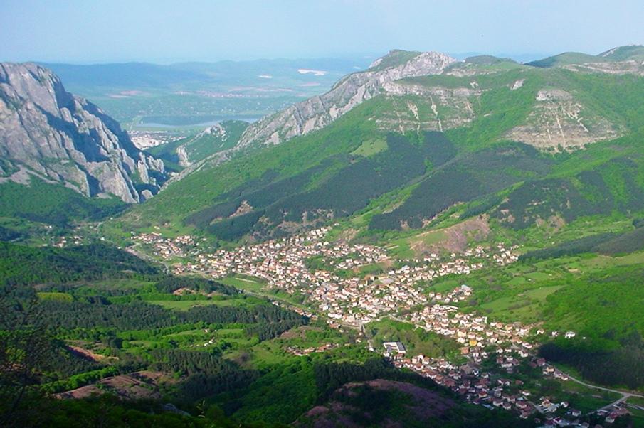 La valle con il paese di Sgorigrad visto dalla miniera Placalnica. Gli amministratori puntano oggi ad un rilancio turistico della zona.