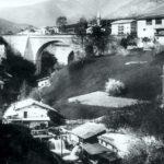 Veduta dei mulini esistenti in passato a valle del ponte in località Cortàl: in primo piano il mulino «del Tonàcio», quindi il mulino «del Ràsa», infine, ai piedi del ponte, il mulino «del Moréto»